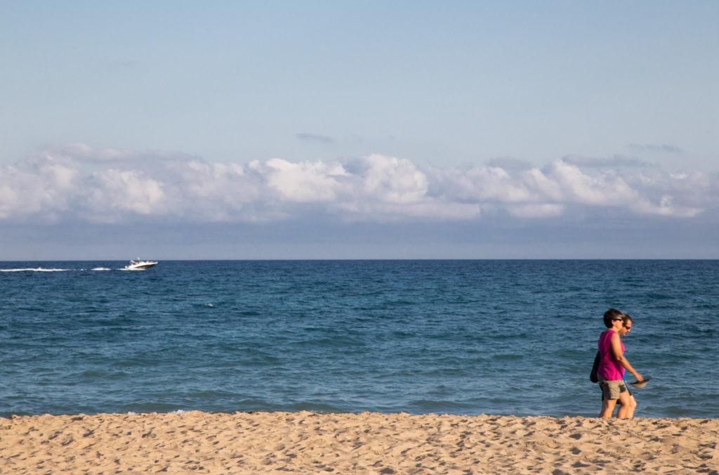 Ver Pasar gente orilla mar