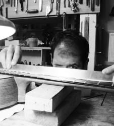 Guitarra Luthier midiendo