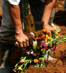 inhumacion guatemala enterrando