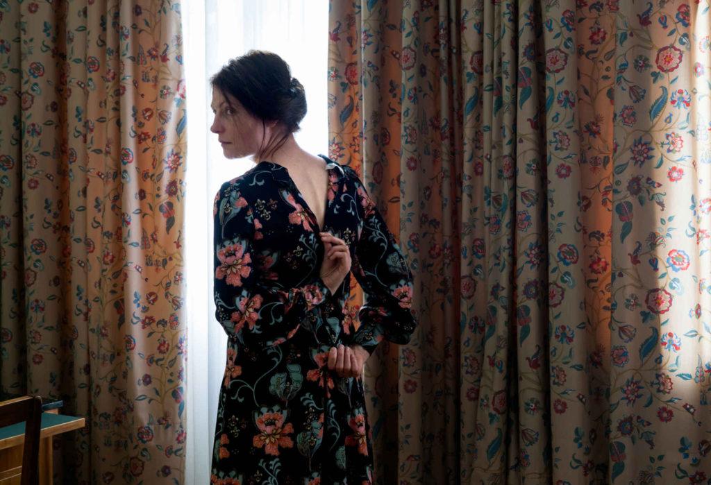 Aino Kannisto vestido y cortinas
