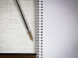Escribir a mano con boli y papel