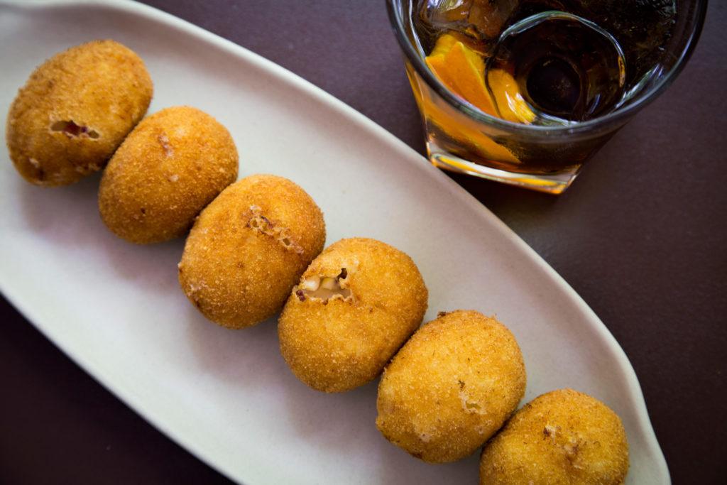 Croquetas y vermut, fotografia gastronomica
